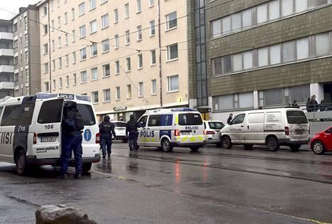 Poliisilla oli tiistaina usean partion tehtävä Helsingin Ruusulankadulla.
