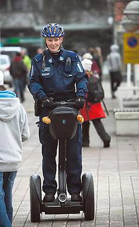 Espoon poliisi yllättää sähköisellä potkulaudalla