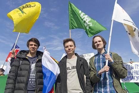 Artjom Gontšarenko (vas.), Bogdan Litvin ja Frederiks Smiltinš kuuluvat demokraattisia uudistuksia ajavaan Vesna-nuorisojärjestöön.