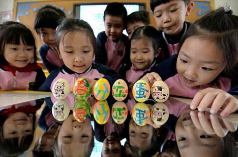 Päiväkodin lapset koristelivat munia Handanin kaupungissa Hebeissä maaliskuussa. Aiemmin avioliiton ulkopuolella syntyneet lapset eivät usein päässeet päiväkotiin. Nyt on toisin.