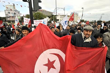 Tuhannet al-Nahda-puolueen kannattajat osoittivat mieltään Tunisissa.