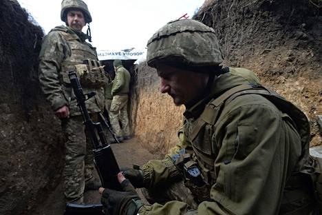 Ukrainan armeijan sotilaita oli taisteluasemissa Piskyn kylässä lähellä kapinallisten aluetta Donetskissa 8. huhtikuuta.