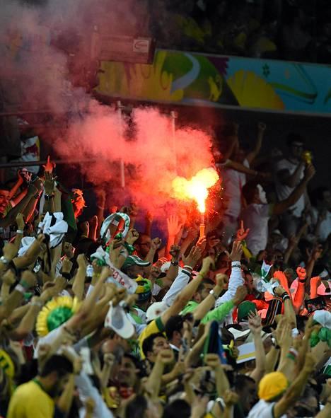 Fifa sakotti Algerian jalkapalloliittoa maan fanien sopimattomasta käytöksestä.