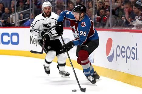 Mikko Rantanen (96) tehtaili kaksi maalia, kun Avalanche tyrmäsi Los Angeles Kingsin murskaluvuin 7–1 jääkiekon NHL-kierroksella.