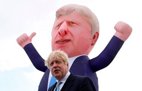Britannian pääministeri Boris Johnson puhui Hartlepoolin satamakaupungissa Pohjois-Englannissa perjantaina. Kuvassa taustalla näkyy noin kymmenen metriä korkea ilmalla täytetty Johnson-hahmo.