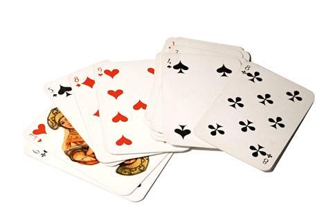 Korttipakan avulla voi tehdä useita erilaisia taikatemppuja.