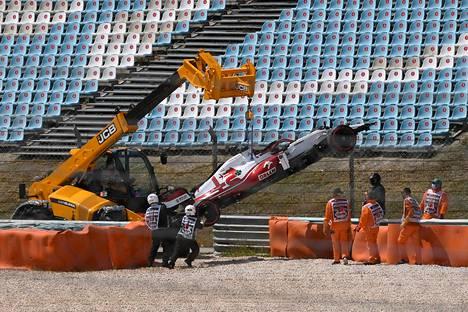 Kimi Räikkösen Alfa Romeo siirrettiin pois radan turva-alueelta keskeytyksen jälkeen Portugalin kisassa 2. toukokokuuta.