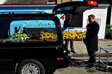 Hautajaisurakoitsija siirsi koronaviruksen aiheuttamaan tautiin kuolleen vainajan arkkua ruumisautoon Sheppeyn saaren Sheernessissä 19. maaliskuuta.