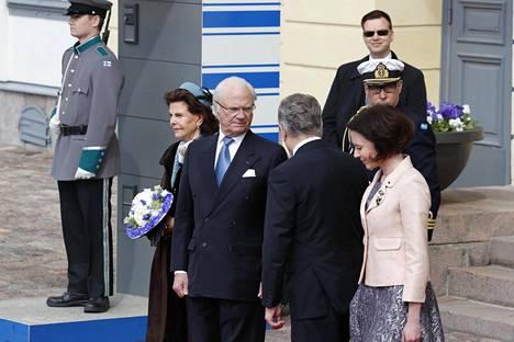 Ruotsin kuningas Kaarle XVI Kustaa ja kuningatar Silvia asettuivat kuvattaviksi Presidentinlinnan edustalla presidentti Sauli Niinistön ja Jenni Haukion seurassa.