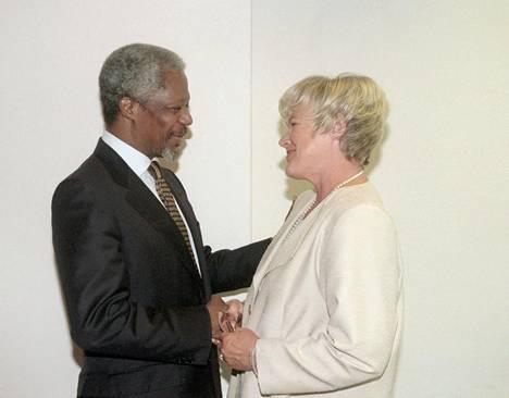 YK:n pääsihteeri Kofi Annan tapasi YK:n ihmisoikeustarkkailijana toimineen Elisabeth Rehnin elokuussa 1997.