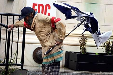 Sateenvarjosta ei ollut apua Pohjois-Carolinan Wilmingtonin kadulla etenevälle miehelle lauantaina.