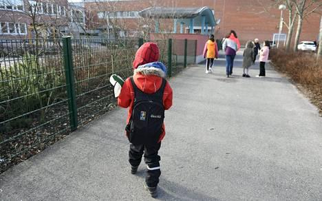 Koululaisia matkalla kouluun ennen lähiopetuksen keskeytystä 17. maaliskuuta.