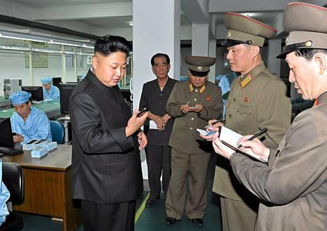 Pohjois-Korean johtaja Kim Jong-un tarkasteli Arirangia tuotantolaitoksessa.