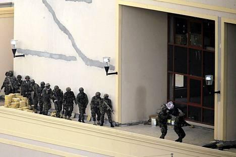 Kenian turvallisuusjoukot haravoivat Westgaten ostoskeskuksen kattoa terroristien kanssa käydyn yhteenoton jälkeen.