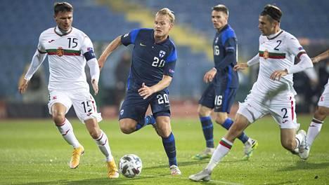 Joel Pohjanpalo yritti rynniä puolustuksen läpi ottelussa Bulgariaa vastaan Sofiassa marraskuun puolivälissä.