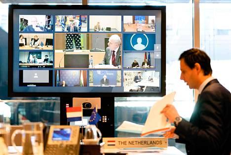 Hollannin valtiovarainministeri Wopke Hoekstra euroryhmän videokokouksessa. Finanssikriisin aikaan kovin yhteisvastuun vastustaja oli Saksan valtiovarainministeri Wolfgang Schäuble. Pandemiakriisissä kovin haukka on Hollanti ja sen ministeri Hoekstra.
