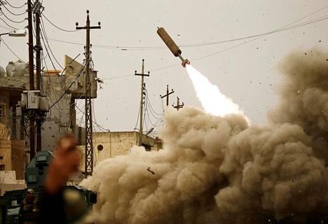 Irakilaisjoukot ampuvat ohjuksen Isis-asemiin Mosulissa lauantaina.
