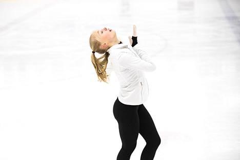 Linnea Ceder harjoituksissa ennen EM-kisoja Leppävaaran jäähallissa Espoossa.