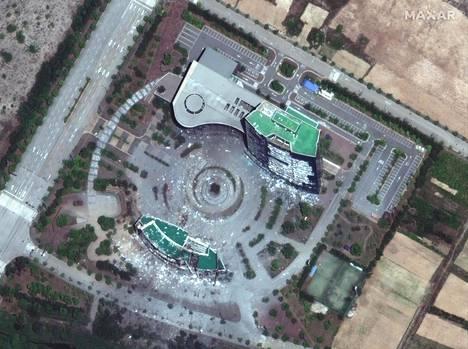 Satelliittikuvassa näkyy räjäytetyn toimistorakennuksen rauniot.