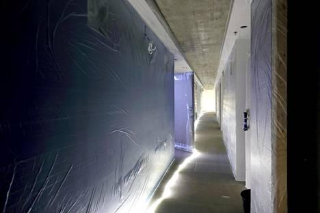 Porrashuoneen käytävässä betoninen kerroslaatta toimii osana rungon jäykistystä.