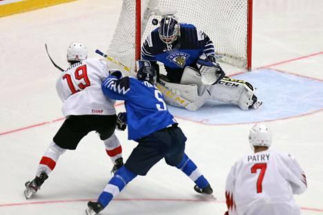 Sveitsin Gaetan Jobin ohitti Suomen Justus Annusen ylänurkkalauksuksella toisen erän alussa tiistain ottelussa.
