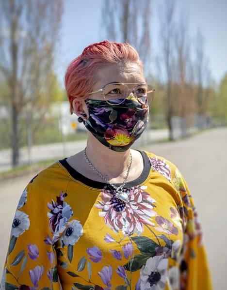 Varkautelainen muotitalo Dream Circus valmisti trikoisia kasvomaskeja pääasiassa huhtikuussa, kun kaupunki antoi asukkaille maskisuosituksen. Toimitusjohtaja Petra Ryymin kertoo, että yritys aikoo toteuttaa mallistonsa normaalisti koronakriisistä huolimatta.
