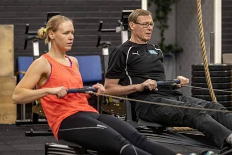 Soudun kolminkertainen olympiavoittaja Pertti Karppinen auttaa nykyään tytärtään, kilpasoutaja Eeva Karppista lihashuollossa ja valmentautumisessa.