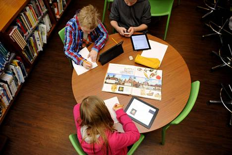 Oppilaat käyttivät digilaitteita Koulumestarin koulussa Espoossa tammikuussa 2014.