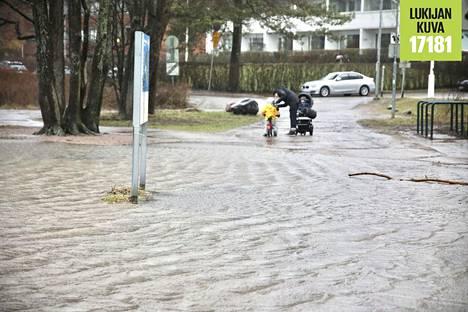 Kulkuväylät tulvivat vedestä Lauttasaaressa lauantaina.