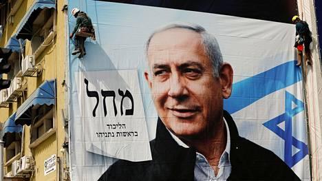 Työntekijät ripustivat Israelin pääministerin Benjamin Netanjahun vaalimainosta kerrostalon seinään Tel Avivissa toissa sunnuntaina.