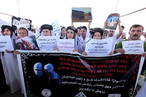Jesidien mielenosoitus Isis-joukkojen väkivaltaa vastaan Irakissa elokuussa 2015.
