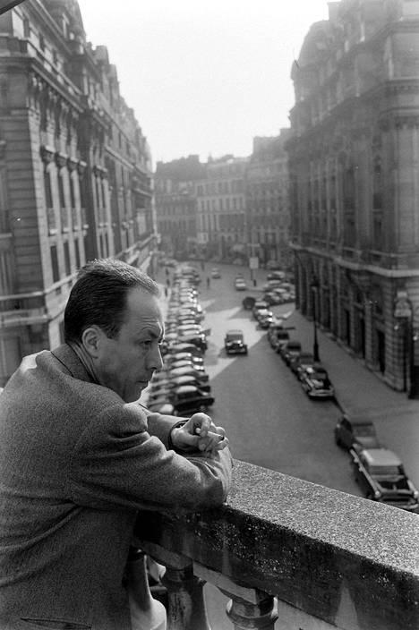 Nobel-voittaja Albert Camus'n (1913–1960, kuvassa) romaani Rutto (La Peste, 1947) kertoo ihmisistä kulkutaudin kourissa.