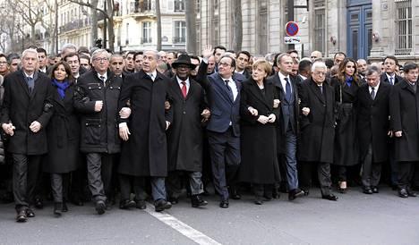 Sunnuntain solidaarisuusmarssilla Ranskan presidentin Francois Hollanden (keskellä) vieressä näkyi uutiskuvissa Saksan liittokansleri Angela Merkel.