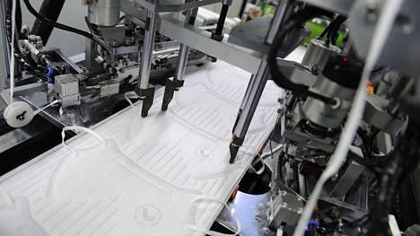 Kuvassa on automaattinen hengityssuojainten valmistuslinja Lifa Airin tehtaalla Etelä-Kiinassa. Suomalaista maskituotantoa ei ole päästy kuvaamaan.