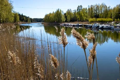 Auringonpaiste toi kesäistä tunnelmaa ja lämpöä Lilkanskogsundetille Porkkalanniemelle Kirkkonummella perjantaina.