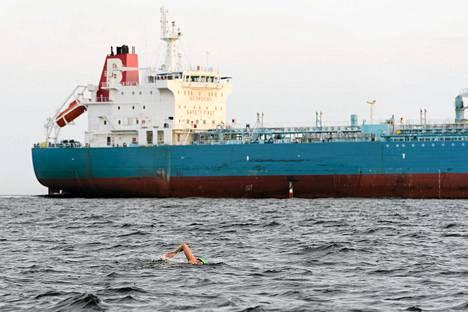 Tuomas Kaario ui tankkerin lähellä Suomenlahdella varhain maanantaina.