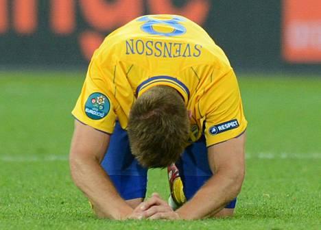 Ruotsin keskikenttäpelaaja Anders Svensson purki pettymystään Englanti-tappion jälkeen.