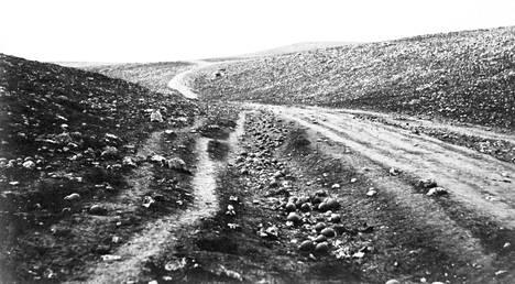 Ensimmäiset sotareportaasikuvat otti britti Roger Fenton vuonna 1855 Krimin sodassa.