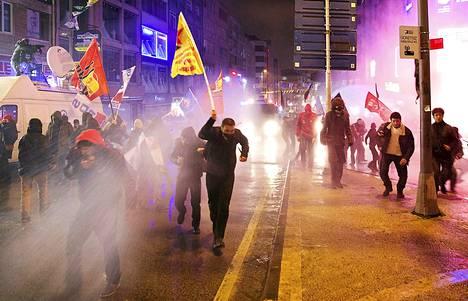 Mielenosoittajat pakenivat mellakkapoliisien vesitykkejä ja kyynelkaasua Istanbulissa tiistaina.