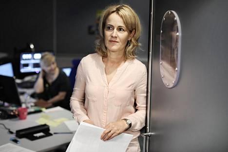 Toimittaja Minna Knus-Gálan Ylellä leikkaamohuoneen ovella. Taustalla leikkaaja Minna Nuotio, joka leikkasi aikanaan myös jutun Panama-papereista.