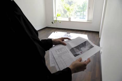 Asunnonkatsoja tyhjässä huoneistossa Helsingissä. Asuntokaupan katsotaan vilkastuneen selvästi toukokuussa.