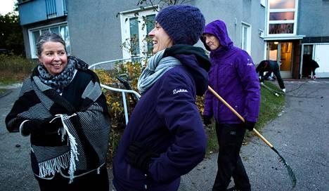 Yksi Kaija Isopahkala-Björklöfin (vas.) onnen lähteistä on naapuriyhteisö Helsingin Ruskeasuolla. Torstaina hän ahersi taloyhtiön talkoissa Mirva Koskisen ja Merja Metsikön kanssa.