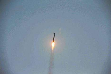 Pohjois-Korean maanantaina julkaisema kuva ohjuskokeesta.