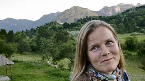 Kirsi Hyvärinen tekee kansainvälistä uraa, mutta koti on keskellä vuoristoa pienessä Pošćenjen kylässä Montenegrossa.