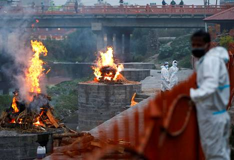 Koronavirukseen kuolleiden ihmisten ruumiita poltettiin Bagmati-joen varrella Kathmandussa, Nepalissa toukokuun 3. päivänä.