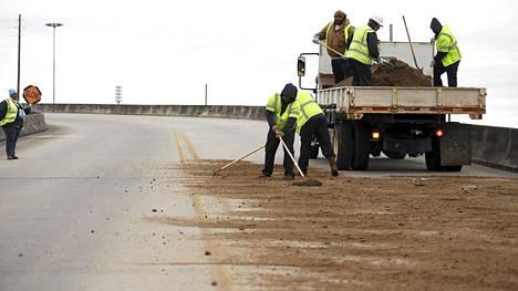 Mobilen kaupungissa levitettiin hiekkaa sillalle tiistaina, sillä Alabaman osavaltioon odotettiin lumisateita.
