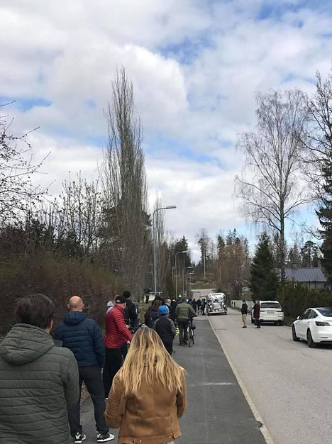 Ihmiset jonottivat olutta myyvälle autolle Espoossa vappuaattona.