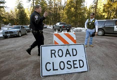 Viranomaiset olivat sulkeneet piiritystilanteen keskipisteessä olleelle mökille vievän tien San Bernardinon vuorilla Yhdysvalloissa keskiviikkona.