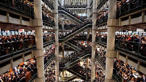Lloyd'sin tilat Lontoossa ovat modernit mutta toimintatavat perinteiset. Viime marraskuussa otetussa kuvassa työntekijät seisoivat kunnioittamassa veteraanien ja kaatuneiden muistopäivää.