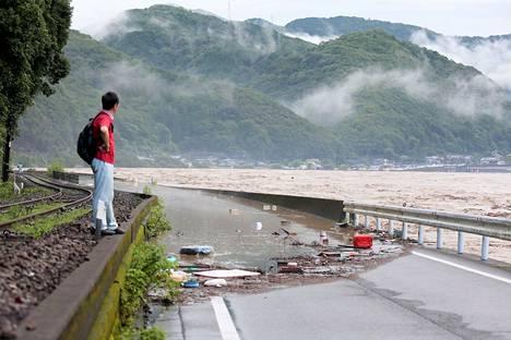 Tulvavesi nousi tielle Yatsushirossa Kumamoton prefektuurissa lauantaina.